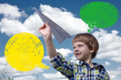 ふきだし 吹き出し 台詞 せりふ イラスト 合成 人物 子供 子ども こども 男の子 男子 外国人 外人 空 雲 紙飛行機 上半身 飛ばす 夢 未来 希望 笑顔 風景 屋外 外 大空 mdmk014