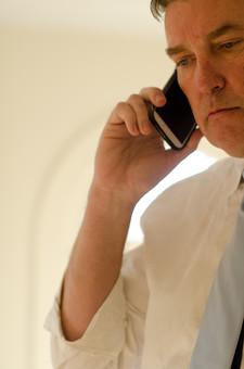 ビジネス 仕事 ワーク 労働 人物 男性 外国人 アメリカ人 ビジネスマン サラリーマン 会社員 電話 話す 電話をかける 会話 携帯電話 モバイル スマホ スマートフォン コミュニケーション ワイシャツ ネクタイ 室内 取引 営業 指示 働く 上司 管理者 管理職 エグゼクティブ mdjms008