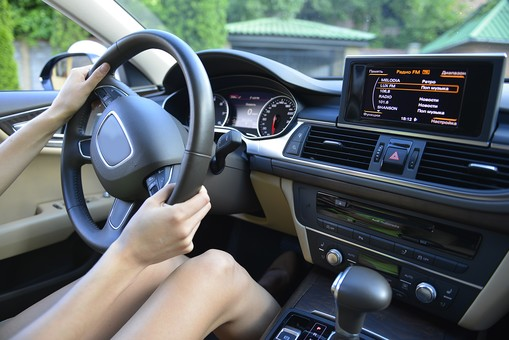 人物 外国人 外人 女性 外国人女性  外人女性 20代 若い 1人 交通  乗物 乗り物 車 自動車 乗用車 外車  左ハンドル 車内  運転 ドライブ ドライバー  お出かけ 趣味 レジャー  アップ 握る ダッシュボード フロントガラス 運転席