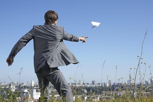 自然 青空 空 青 グラデーション 晴天 天気 晴れ 紙 紙飛行機 飛行機 工作 作る 折る 作品 飛ぶ 飛ばす 投げる 白 人物 外国人 男性 男の人 成人 社会人 ビジネスマン スーツ 町並み 葉 植物 花 緑 背景 室外 屋外 mdfm012