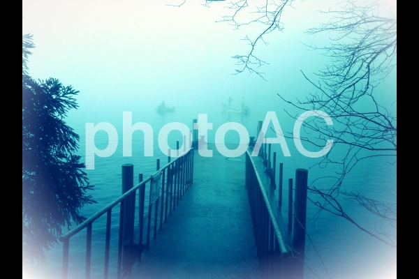 オカルト 夜明け前の湖の写真