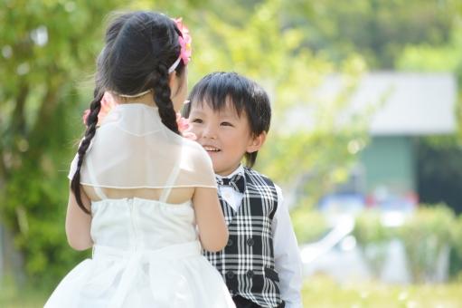 男の子 女の子 ドレス タキシード 笑顔 花 花束 渡す プレゼント 暖かい 子供 子ども こども 子供達 子供たち おめかし mdfk023
