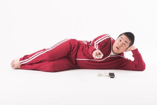 日本人  男性 一名 一人 1人 ぽっちゃり 肥満 ダイエット 痩せる 痩せたい 目標 ビフォー アフター 太っている 太り気味 メタボ メタボリックシンドローム 脂肪 体系 ボディー 白バック 白背景 寝る 寝転がる 横向き くつろぐ だらしない だらける 怠ける リモコン スイッチ テレビ 全身 おじさん mdjm017