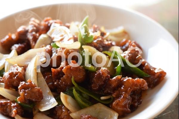 湯気があがる、熱々の酢豚の写真