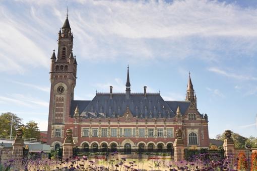 紛争 争い 解決 司法 法律 裁判 国 青空 建物 花 庭 オランダ