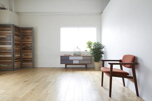リビング 室内 屋内 部屋 インテリア デザイン 壁 床 板張り 窓 椅子 チェスト 棚 グリーン 緑 観葉植物 明るい おしゃれ パーテーション 間仕切り フローリング 白壁 内装 インテリア装飾 家具 室内装飾