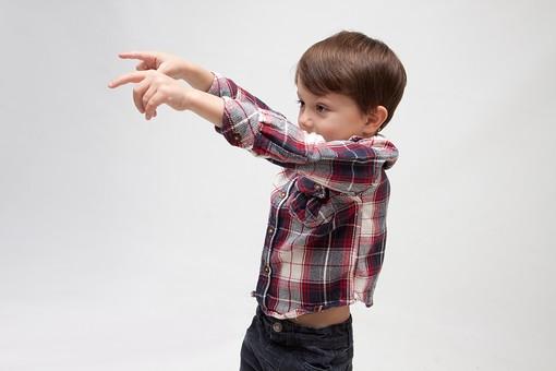 人物 こども 子ども 子供 男の子   少年 幼児 外国人 外人 かわいい   無邪気 あどけない 屋内 スタジオ撮影 白バック   白背景 ポートレート ポーズ キッズモデル 表情  シャツ  カジュアル 上半身 指さす 指差し 両手 あっち 横 示す 横向き mdmk010
