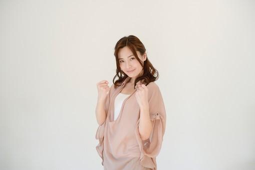 日本人 女性 女 30代 アラサー グレーバック 背景 グレー ポーズ ハーフアップ 髪型 茶髪 ナチュラル 私服 カジュアル ピンク ピンクベージュ 決意 気合 気合い 握り拳 握りこぶし ガッツ ガッツポーズ 力む 見据える 表情 ポジティブ mdjf013