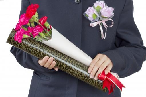 卒業式 卒業証書 花 お祝い 祝い 記念 学校行事 希望 旅立ち 春 早春 花束 制服 学生服 女性 女子 中学生 高校生 小学生 手 胸 人物