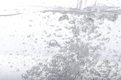 アブストラクト 素材 テクスチャ 背景 バックグラウンド 液体 瞬間 アップ クローズアップ 動き 液体 水 水中 泡 あわ 気泡 空気 注ぐ 接写 白 白バック  水泡 半水面 勢い 躍動感 明るい