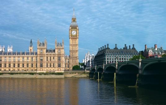 イギリス big ben ロンドン エリザベスタワー ウェストミンスター テムズ川 時計 london england 英国 晴天 橋 バス dp2 eu