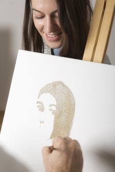 人物 外国人 複数 女性 二人 モデル 絵画 人物画 描く  室内 キャンパス 人 絵描き 絵かき 絵画好き 趣味 筆 ふで 絵筆 屋内 絵かき リラックス 笑顔 後ろ姿 正面 白バック スケッチ アイデア はにかみ 似顔絵 斜め目線 笑い 腕だけ 下を向く女性