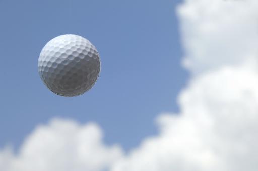 ゴルフ ボール ゴルフボール 空 青空 雲 夏 スポーツ レジャー ラウンド 打つ ファー ホールインワン 趣味 接待 ビジネス ビジネスマン ライフスタイル 飛ばす