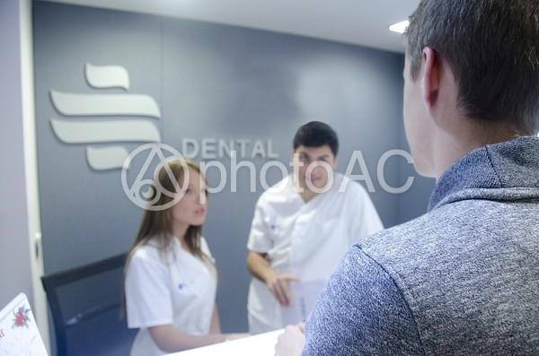 医師と受付スタッフと患者3の写真