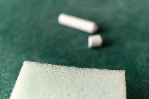黒板 緑 教育 学校 スクール 学習 学び舎 ボード 板 教室 盤 チョーク 白墨 白亜 焼き石膏 背景 バックグラウンド バックグランド 手書き 文字 図 図形 絵 言葉 説明 クローズアップ スポンジ 白 消す 消去 屋内 磁石