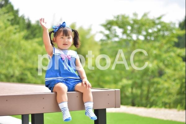 手を挙げる子供の写真