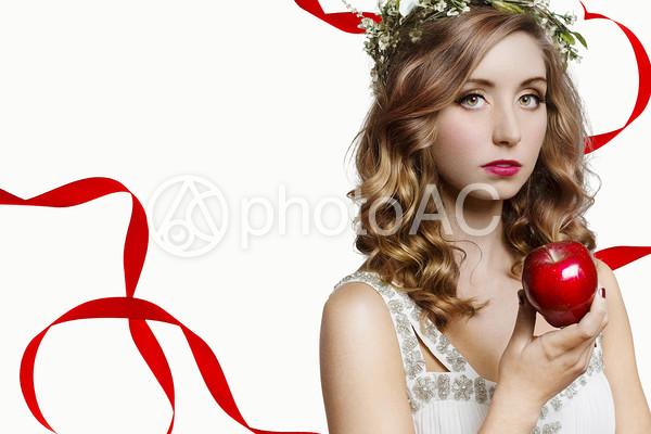 リンゴをもつ女性の写真