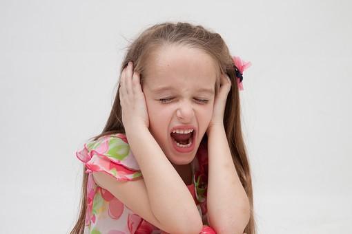 人物 こども 子供 女の子 少女  外国人 外人 キッズモデル あどけない かわいい   屋内 スタジオ撮影 白バック 白背景 長髪  ロングヘア ポートレイト ポートレート 表情 ポーズ ワンピース 上半身 耳を塞ぐ 嫌い 嫌だ 叫ぶ うるさい mdfk016