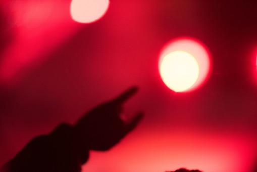 クラブ ライブ LIVE コンサート DJ 演奏会 音楽会 リサイタル ナイトクラブ キャバレー フロアショー 観客 観衆 見物人 観覧者 聴衆 オーディエンス ギャラリー 立ち見客 客 お客さん 会場 入館者 バンド 音楽 楽器 楽曲 ミュージック 歌 曲 唄 歌唱 ペンライト ステージ 音響 スクリーン アンプ サウンド 公演 人 歓声 ライト 照明 手 複数 接写 アップ