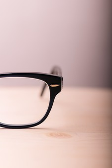 メガネ 眼鏡 めがね 片目 黒 大人 ブラック 黒ぶち フチ 小物 ファッション カッコイイ かっこいい 恰好良い オシャレ おしゃれ お洒落 雑貨 クール 机 高級 人気 流行り 流行 正面 フレーム アップ