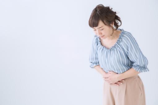 体をかがめる女性の写真