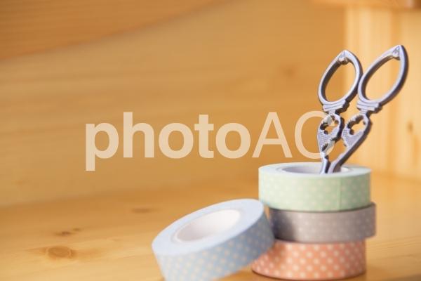 マスキングテープとハサミの写真