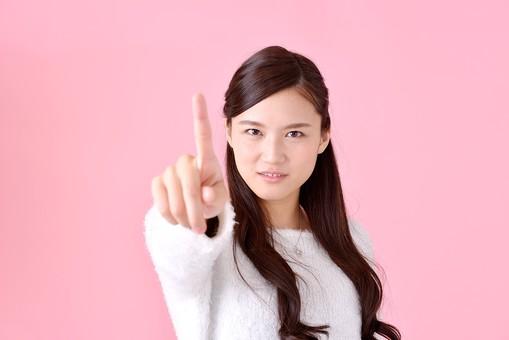 人物 女性 日本人 若者 若い   20代 美人 かわいい ロングヘア カジュアル  ラフ 私服 セーター ニット 屋内  スタジオ撮影 背景 ピンク ピンクバック ポーズ  おすすめ 上半身 正面 指差し 指さす 指名 指摘 挑戦 注意 叱る mdjf007