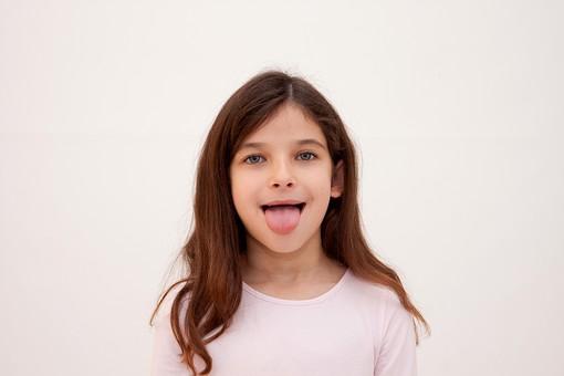 人物 女の子 少女 こども 子供  外国人 外人 かわいい Tシャツ カジュアル  ロングヘア 長髪 ポーズ ポートレート ポートレイト  屋内 スタジオ撮影 白バック 白背景 上半身 正面 舌 舌を出す あっかんべー 表情  mdfk017