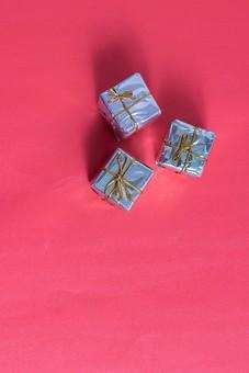 プレゼント 贈り物 赤 レッド ブルー ゴールド 青 金色 光沢 ギフト 贈答品 印象的 おくり物 3個 小箱 屋内 人物なし 物撮り 包装紙 紙 置く 真上 影 高級感 個性的 複数 ミニサイズ 小さい