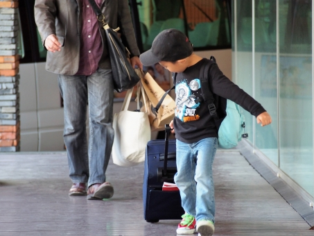 家族旅行 帰省 家族 親子 子供 こども 子ども キャリーバック バック ガラガラバック 旅行 前へ お出掛け 夏休み 春休み 冬休み 秋休み キャリーケース リュック リュックサック 父 父親 国内旅行 想い出 思い出 旅へ 旅 スーツケース