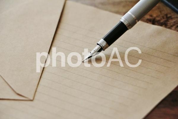 万年筆と手紙の写真