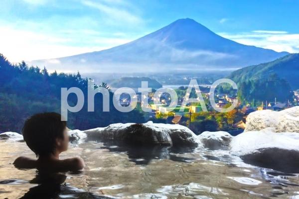 富士山の見える絶景露天風呂の写真