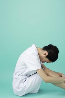 人物 女性 日本人 20代 30代   仕事 職業 医療 病院 看護師  ナース 医者 医師 女医 薬剤師  白衣 看護 屋内 スタジオ撮影 背景  グリーンバック おすすめ ポーズ 全身 座る 横向き 横顔 俯く うなだれる 落ち込む mdjf010