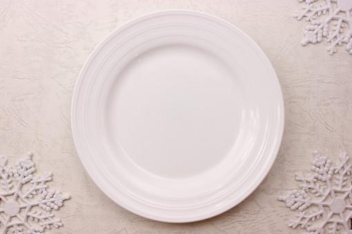 クリスマス クリスマスイメージ イベント 行事 皿 お皿 白 食器 丸皿 飲食 テーブル 食事 セッティング 空 食卓 雪 結晶 氷 冬