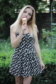 女性 外人女性  金髪 女の人 若い女性 金髪女性 顔 ウクライナ人 人物 外国人  顔 化粧 モデル ポーズ 屋外 自然 風景 樹木 ワンピース スカート ノースリーブ ミニスカート夏 公園 緑 植物 ソフトクリーム 口紅 mdff015