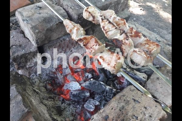 炭で焼かれた肉 焼肉の写真