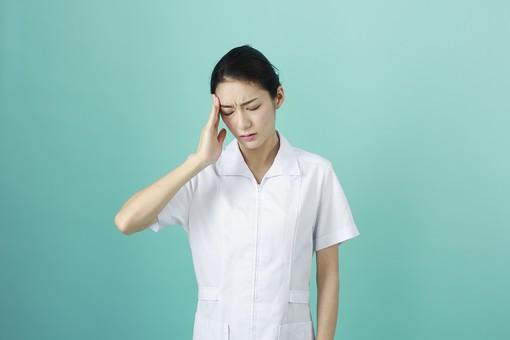 人物 女性 日本人 20代 30代   仕事 職業 医療 病院 看護師  ナース 医者 医師 女医 薬剤師  白衣 看護 屋内 スタジオ撮影 背景  グリーンバック おすすめ ポーズ 上半身 頭 痛い 頭痛 悩む mdjf010