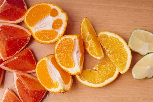 フルーツ 果物 柑橘 柑橘系 柑橘類 皿 切る レモン れもん 檸檬 フレッシュ 新鮮 スライス カット 生 黄色 イエロー ミカン みかん 蜜柑 グレープフルーツ 皮むき 切り口 断面 切る 食べ物 丸い 木 机 木目