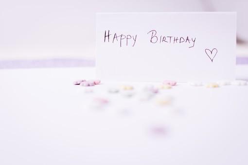 屋内  物撮り 人物なし 白 パープル 紫 ピンク 黄色 お祝い 横から視線 接写 アップ ズーム お菓子 星型 複数 たくさん メッセージ 伝言 英語 イングリッシュ 文字 ハッピーバースデー 誕生日 誕生祝い 心 真心 思いやり Happy Birthday