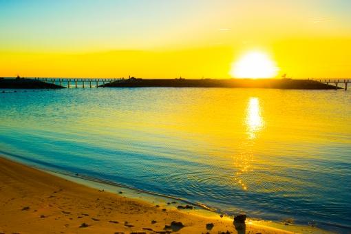 朝日 砂浜 ビーチ 初夢 金色 きらめき 初日の出 海 輝き 太陽 新年 反射 光 まぶしい モーニング 日 朝 早朝 波 ゴールド 目覚め 照らす 水面 波 ウェーブ 黄色 イエロー 爽快 願い ライジングサン