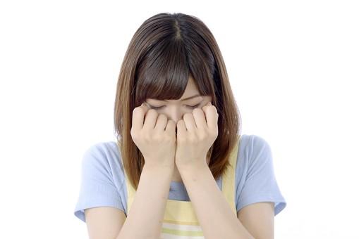 人物 屋内 白バック 白背景 日本人 1人 女性 20代 30代 エプロン  奥さん 奥様 婦人 家庭人 夫人 主婦 若い ポーズ 表情  顔 泣く 手  両手 手を顔に当てる 当てる うつむく 悲しい 悲しむ 失望 がっかり 裏切り 破綻 すくむ 恐怖 mdjf018