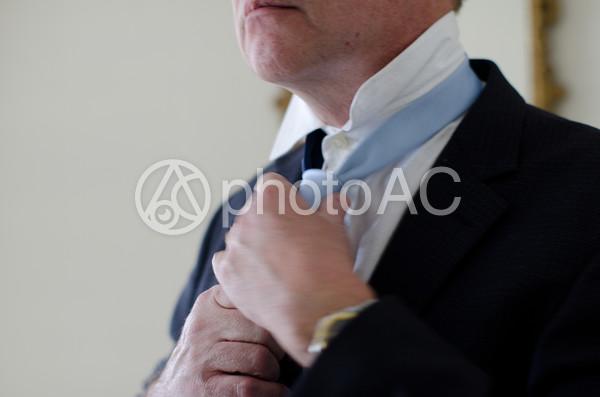 ネクタイを締める男性3の写真