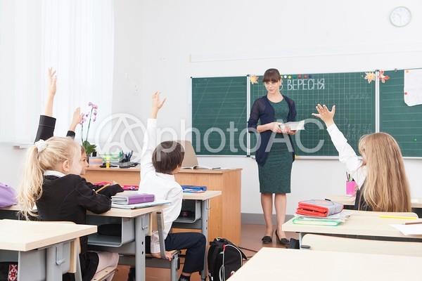 授業する先生と小学生2の写真