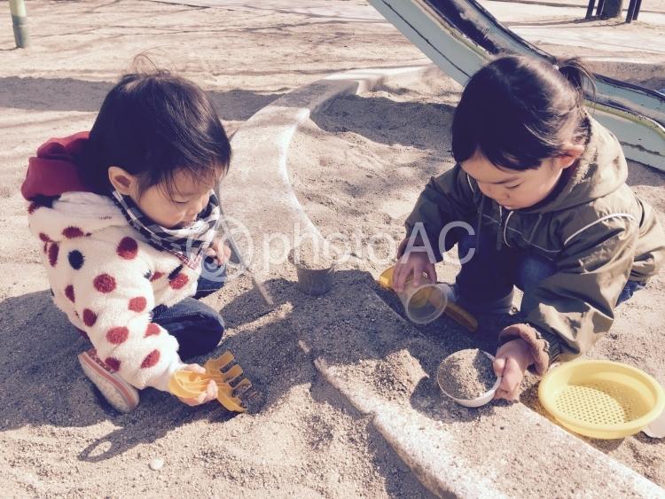 砂遊びをする子供たちの写真