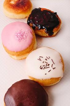 ホームメイド ドーナツ ドーナッツ 手作り お菓子 おかし おやつ スイーツ 間食 甘い カフェ 食べ物 揚げる 丸 丸い まる リング  物撮り 白バック 白背景  5つ 五つ 五個 5個 チョコ チョコレート トッピング 砂糖 俯瞰 ジグザグ 並ぶ