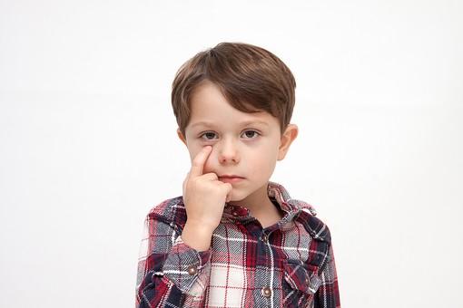 人物 こども 子ども 子供 男の子   少年 幼児 外国人 外人 かわいい   無邪気 あどけない 屋内 スタジオ撮影 白バック   白背景 ポートレート ポーズ キッズモデル 表情  シャツ  カジュアル  目 指 差す 上半身 正面 あっかんべー  mdmk010