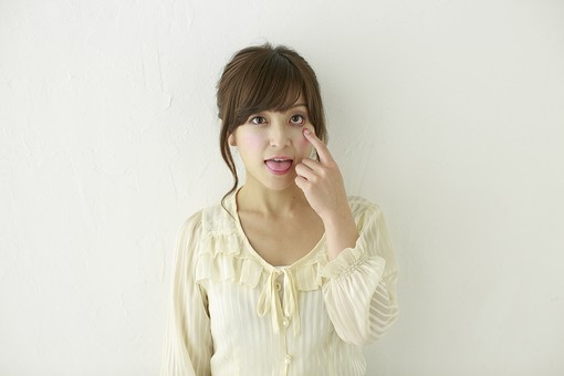 人物 日本人 女性 女の子 ポーズ   おすすめ 表情 若者 若い 20代   モデル かわいい チャーミング 美人 茶髪   白バック 白背景 屋内 スタジオ 上半身 正面 あっかんべえ あっかんべー おどける 軽蔑 舌を出す  mdjf006