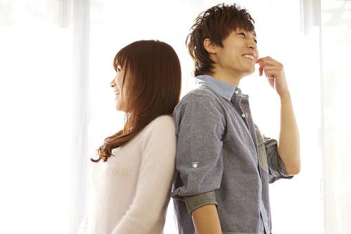 人物 カップル 恋人 若者 20代 夫婦 ファミリー 新婚 男性 女性 二人 部屋探し 物件探し 新居 楽しむ 仲良し 一緒 笑顔 スマイル リビング 室内 カーテン 日差し 休日 休暇 若い 日本人 mdjm022 mdjf040