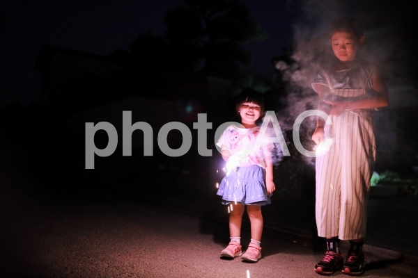 花火をする女の子4の写真