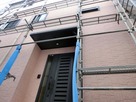足場 外壁 塗装 リフォーム 改装 改築 支柱 家 マイホーム 壁 工事現場 施工 住居 戸建て 住まい 一軒家 見積もり 価格 業者 工務店 玄関
